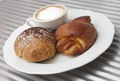 Cappuccino's en croissant Royalty-vrije Stock Afbeeldingen