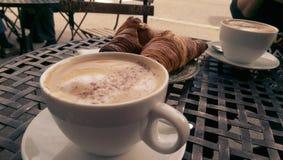 Cappuccino's en croissants royalty-vrije stock foto