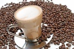 Cappuccino's en geroosterde koffiebonen Royalty-vrije Stock Foto