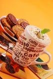Cappuccino's en koekjes Stock Foto's