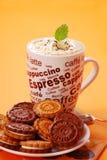 Cappuccino's en koekjes Royalty-vrije Stock Afbeeldingen