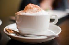 cappuccino's kop met melkschuim en kaneel royalty-vrije stock afbeeldingen