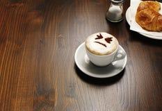 Cappuccino's met gezicht royalty-vrije stock afbeelding