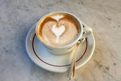 Cappuccino's met hart in schuim royalty-vrije stock afbeelding