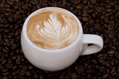 Cappuccino's met rosetta Stock Afbeeldingen