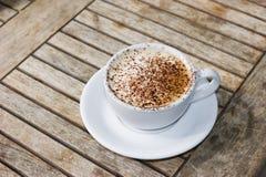 Cappuccino's op houten lijst Stock Fotografie
