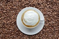 Cappuccino's op koffiebonen royalty-vrije stock foto's