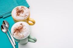 Cappuccino, serviettes, cuillères à café Photo libre de droits