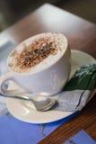 Cappuccino som får dig som går Royaltyfri Foto