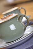 cappuccino som hälls nytt Royaltyfria Bilder