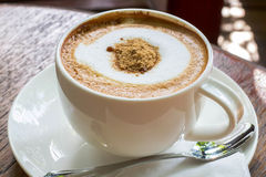 Cappuccino steht auf dem Tisch Lizenzfreie Stockfotografie