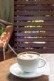 Cappuccino steht auf dem Tisch Stockfotos