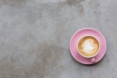 Cappuccino sur une surface en béton images libres de droits