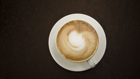 Cappuccino in una tazza bianca immagini stock libere da diritti