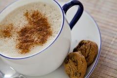 Cappuccino und Bonbons Stockbild