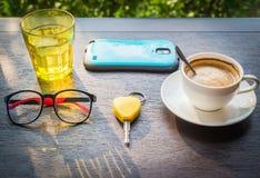 Cappuccino und ein Glas Wasser auf einem Holztisch lizenzfreie stockfotografie