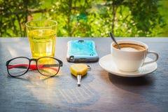 Cappuccino und ein Glas Wasser auf einem Holztisch lizenzfreies stockfoto