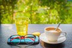 Cappuccino und ein Glas Wasser auf einem Holztisch stockbilder