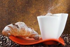 Cappuccino und Hörnchen mit Schokoladensahne stockfotos