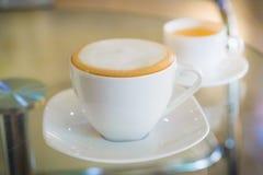 Cappuccino und heißer Tee stockbild