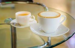 Cappuccino und heißer Tee lizenzfreie stockfotos
