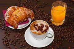 Cappuccino und Saft der Briochen e Lizenzfreie Stockfotos