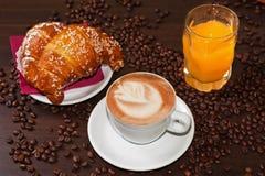 Cappuccino und Saft der Briochen e Lizenzfreie Stockbilder