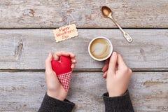 Cappuccino und Valentinsgruß ` s Tageskarte stockfotografie