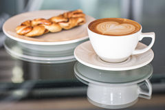 Cappuccino-und Zimt-Strudel Stockfotos