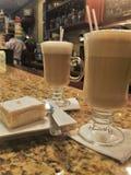 Cappuccino- und Zitronenkuchen Lizenzfreie Stockfotografie