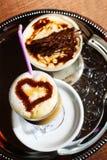 Cappuccino y tiramisu en la bandeja Fotografía de archivo