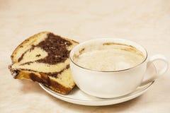 Cappuccino y torta Imágenes de archivo libres de regalías