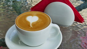 Cappuccino z miłością na szklanym stole zdjęcie wideo