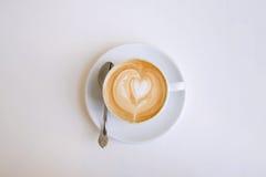Cappuccinobecher mit einem Herzen Stockbild