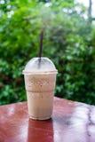 Cappuccinofrappe i coffee shopträdgård Arkivbild