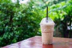 Cappuccinofrappe i coffee shopträdgård Royaltyfria Bilder