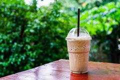 Cappuccinofrappe i coffee shopträdgård Fotografering för Bildbyråer