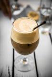 CappuccinoFreddo kaffe i exponeringsglas med sugrör Arkivfoton