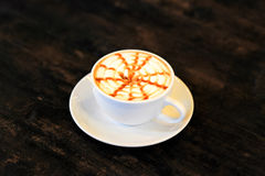 Cappuccinokaffe över trätabellen Royaltyfri Foto