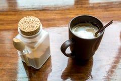 Cappuccinokaffe i brun kopp på trätabellen Royaltyfria Bilder