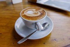 Cappuccinokaffe med teskeden, Manila arkivbild