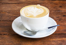 Cappuccinokaffee in einer weißen Schale Stockfotografie
