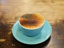 Cappuccinokaffee mit schwarzem Zuckerpulver Lizenzfreie Stockfotos