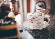 CappuccinoKaffeetasse auf einer Tabelle Stockfotos