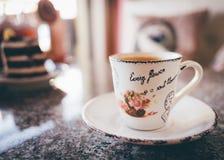 CappuccinoKaffeetasse auf einer Tabelle Stockbild