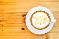 CappuccinoKaffeetasse auf Holztisch, Weichzeichnung Stockfotos