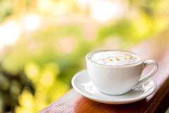 CappuccinoKaffeetasse auf Holztisch, Weichzeichnung Lizenzfreie Stockbilder