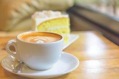 Cappuccinokoffie en cake Stock Afbeeldingen
