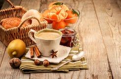 Cappuccinokoffie in kop en vruchten voor ontbijt stock afbeelding