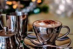 Cappuccinokopp med en julbakgrund Royaltyfri Bild